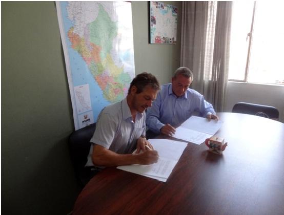 A la derecha, Jean Schmitz, jefe del ILAPR. A la derecha, Ricardo Soberón, director del CIDDH.